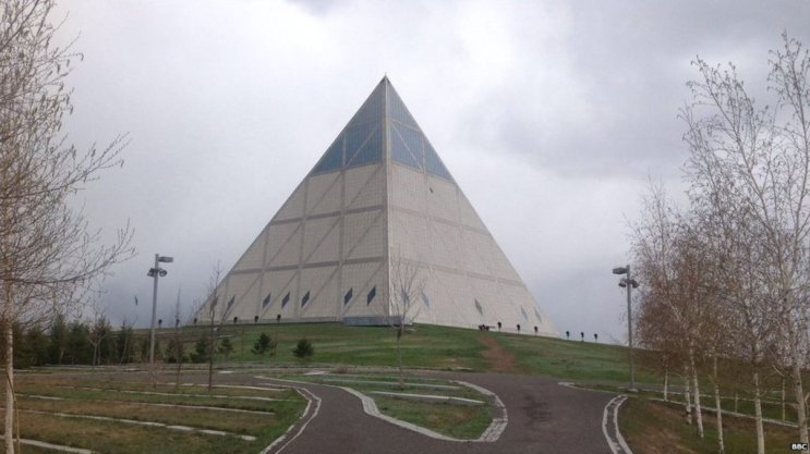 The glass pyramid that reveals
